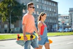 Ajouter adolescents aux planches à roulettes sur la rue de ville Photo libre de droits