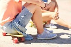 Ajouter adolescents aux planches à roulettes sur la rue de ville Photo stock