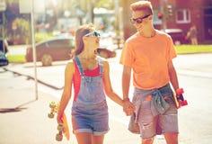 Ajouter adolescents aux planches à roulettes sur la rue de ville Photographie stock