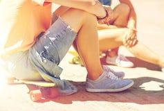 Ajouter adolescents aux planches à roulettes sur la rue de ville Photos libres de droits