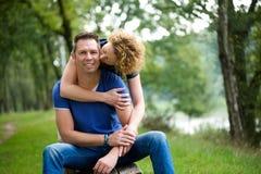 Ajouter affectueux à la femme embrassant l'homme Images libres de droits