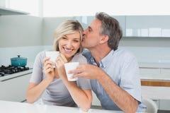 Ajouter affectueux aux tasses de café dans la cuisine Photo libre de droits
