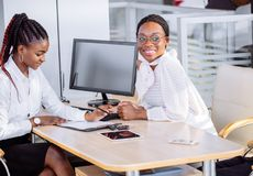 Ajouter africains heureux à la voiture de achat de revendeur dans le salon de l'Auto ou le salon Photos stock