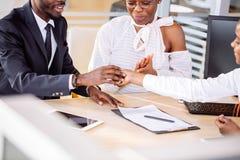 Ajouter africains heureux à la voiture de achat de revendeur dans le salon de l'Auto ou le salon Image stock