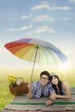 Ajouter asiatiques au parapluie dans la nature Image stock
