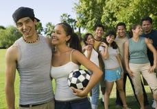 Ajouter au ballon de football au parc Image libre de droits