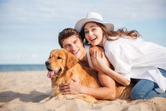 Ajouter au chien riant et ayant l'amusement sur la plage Photo libre de droits