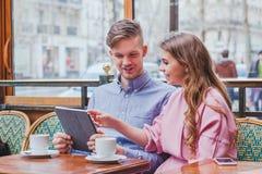 Ajouter au comprimé numérique en café Image libre de droits