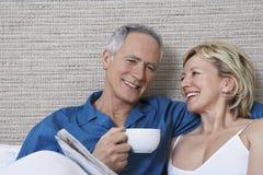 Ajouter au journal de lecture de tasse de café dans le lit Photo libre de droits