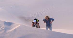Ajouter au sac à dos montant la dune de sable 4k banque de vidéos