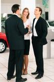 Ajouter au vendeur au marchand de véhicule photos stock