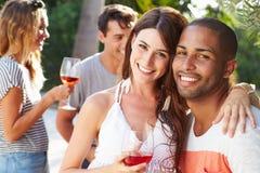 Ajouter aux amis buvant du vin et détendant dehors Image libre de droits