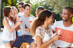 Ajouter aux amis buvant du vin et détendant dehors Photo libre de droits