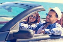 Ajouter aux amis conduisant dans le coucher du soleil Photo stock