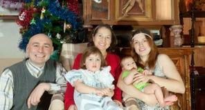 Ajouter aux bébés rendant visite à la grand-mère Photo stock