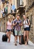 Ajouter aux bagages marchant la ville Photos libres de droits