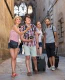 Ajouter aux bagages marchant la ville Photo stock