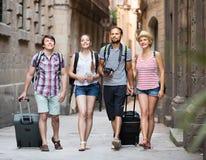 Ajouter aux bagages marchant la ville Images libres de droits