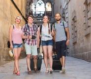 Ajouter aux bagages marchant la ville Photos stock