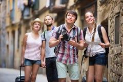 Ajouter aux bagages marchant la ville Photo libre de droits