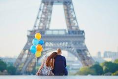 Ajouter aux ballons colorés regardant Tour Eiffel Photographie stock