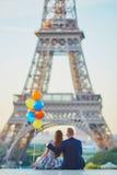 Ajouter aux ballons colorés regardant Tour Eiffel Photo libre de droits