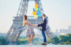 Ajouter aux ballons colorés regardant Tour Eiffel Images libres de droits