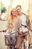 Ajouter aux bicyclettes dans la ville Photos stock