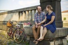 Ajouter aux bicyclettes se reposant sur un remblai en pierre Amour Images libres de droits