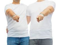 Ajouter aux bracelets d'arc-en-ciel de fierté gaie Photos stock