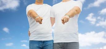 Ajouter aux bracelets d'arc-en-ciel de fierté gaie Photos libres de droits