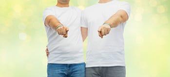 Ajouter aux bracelets d'arc-en-ciel de fierté gaie Photo libre de droits
