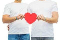 Ajouter aux bracelets et au coeur d'arc-en-ciel de fierté gaie Photos libres de droits