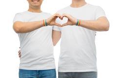 Ajouter aux bracelets et au coeur d'arc-en-ciel de fierté gaie Image libre de droits