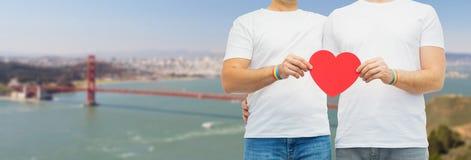 Ajouter aux bracelets et au coeur d'arc-en-ciel de fierté gaie Image stock