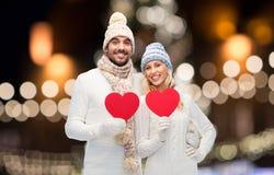 Ajouter aux coeurs rouges au-dessus des lumières de Noël Image libre de droits
