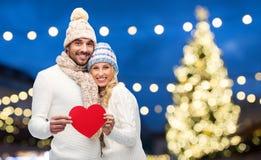 Ajouter aux coeurs rouges au-dessus des lumières de Noël Photographie stock