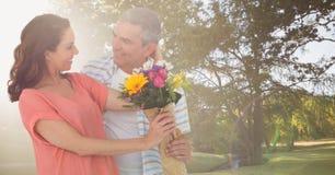 Ajouter aux fleurs en parc avec la lumière lumineuse photos libres de droits