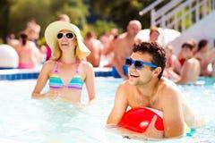 Ajouter aux lunettes de soleil dans la piscine Été et eau Photographie stock libre de droits