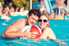 Ajouter aux lunettes de soleil dans la piscine Été et eau Photo libre de droits