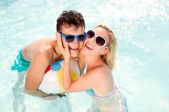 Ajouter aux lunettes de soleil dans la piscine Été, le soleil, l'eau Photos stock