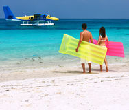 Ajouter aux radeaux gonflables regardant l'hydravion sur la plage Photo libre de droits