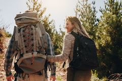 Ajouter aux sacs à dos augmentant sur la montagne Photo libre de droits