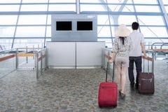 Ajouter aux sacs marchant dans l'aéroport Photos libres de droits