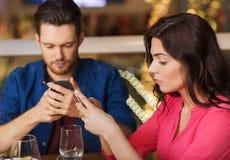 Ajouter aux smartphones dinant au restaurant photo libre de droits