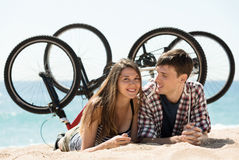 Ajouter aux vélos sur la plage Photographie stock