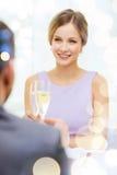 Ajouter aux verres de champagne au restaurant Photos stock