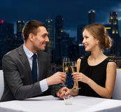 Ajouter aux verres de champagne au restaurant Photo libre de droits