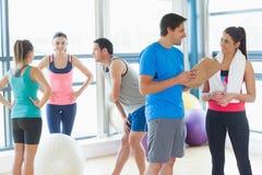 Ajouter convenables aux amis à l'arrière-plan dans la chambre d'exercice Photographie stock libre de droits