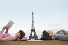 Ajouter décontractés à Tour Eiffel à l'arrière-plan Photographie stock libre de droits